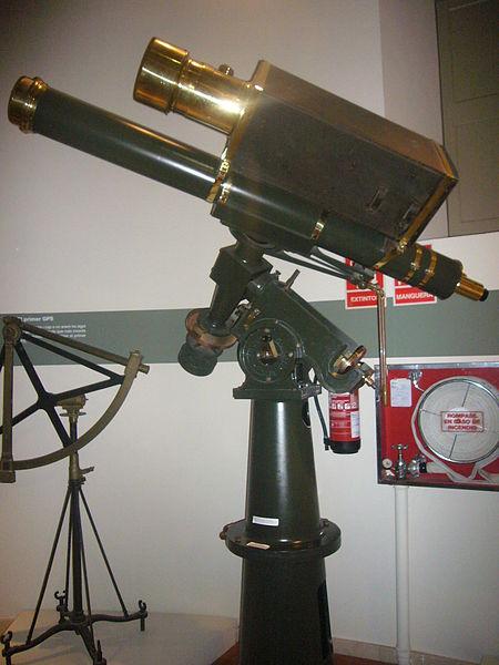 Telescopi equatorial Grubb amb càmera fotogràfica Petzval, usat per Comas per descobrir 11 asteroides i 2 cometes. Exposat a l'Observatori Fabra. Imatge Wikimedia Commons.