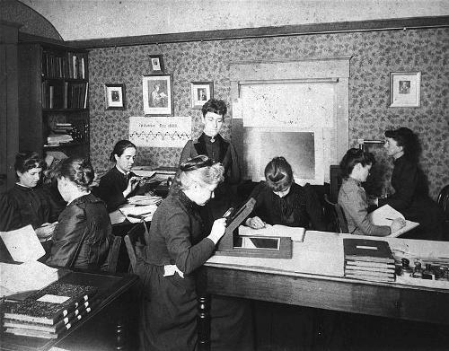 """L'anomenat """"Harem de Pickering"""" grup de dones «computers» en el Harvard College Observatory, treballant per l'astrònom Edward Charles Pickering. El grup inclou Henrietta Leavitt, Annie Jump Cannon, Williamina Fleming i Antonia Maury. Imatge Wikimedia Commons"""